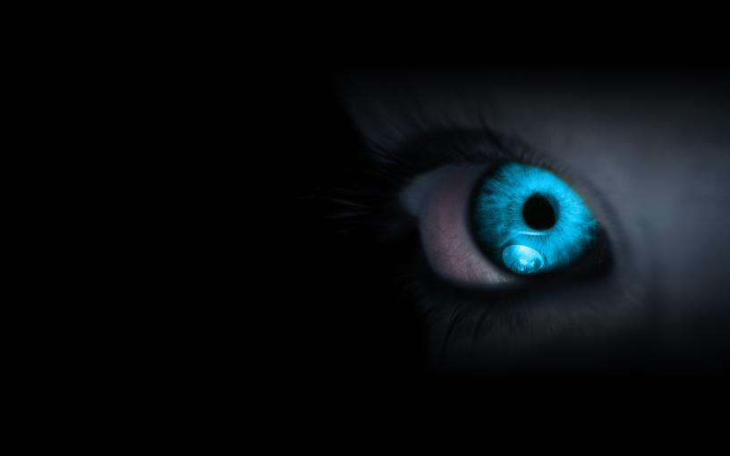 un-ojo-azul-en-la-oscuridad